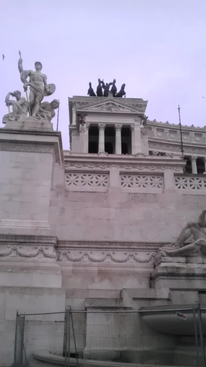 Altare della Patria. Two statues. The one on the right has a winged person on a chariot le